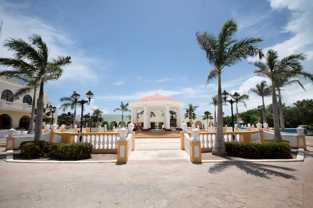 Resort tropicale a lungo tiro in riva al mare