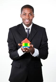 Responsabile bello dell'uomo d'affari che offre una casa