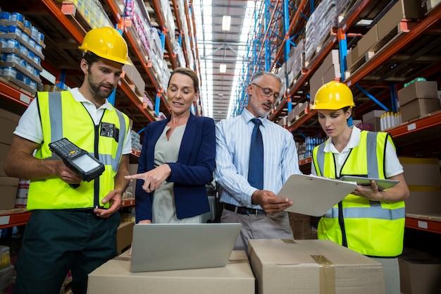 Responsabile del magazzino e cliente che interagiscono con i colleghi