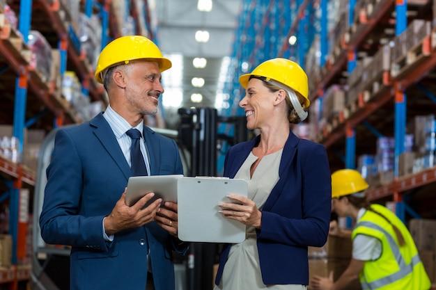 Responsabile del magazzino e cliente che interagiscono tra loro