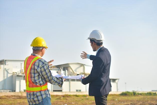 Responsabile del progetto che prende con l'ingegnere piano di costruzione progetto costruzione di edifici fabbrica fabbrica