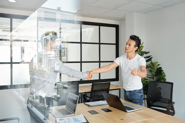 Responsabile del progetto che stringe la mano al collega