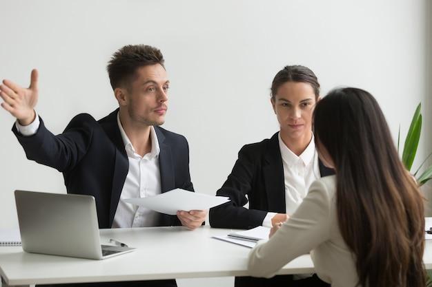 Responsabile delle risorse umane maschio che chiede al candidato di lavoro di andarsene