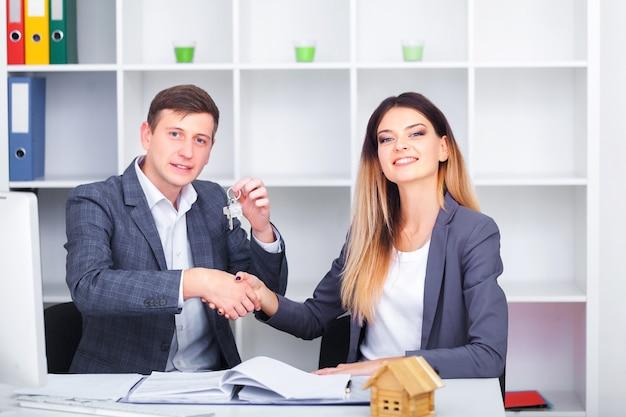 Responsabile delle vendite dando consigli ai suoi clienti di coppia