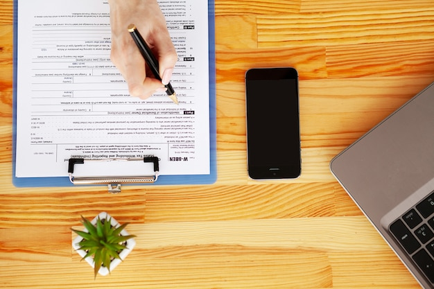 Responsabile finanziario che si siede nello scrittorio e lavoro con la società dei documenti finanziari