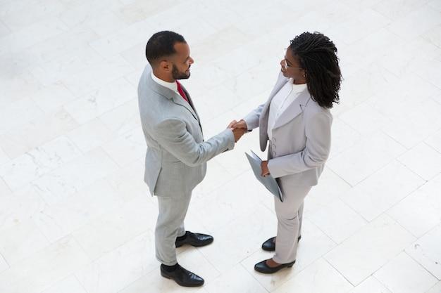 Responsabile risorse umane che accoglie favorevolmente un candidato di successo