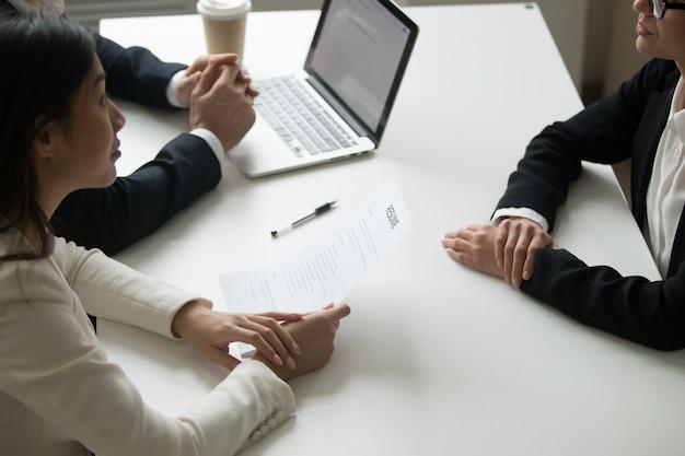 Responsabili delle risorse umane che intervistano il candidato al lavoro