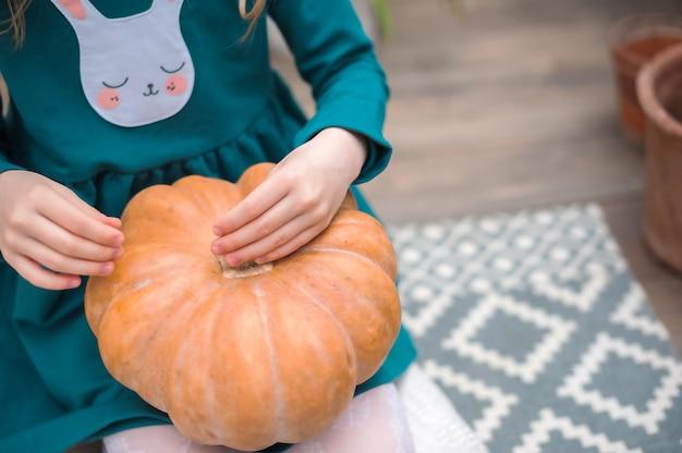 Resta a casa. ragazze e zucche per halloween. giardinaggio domestico nella serra.