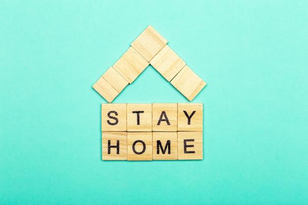 Resta a casa, resta al sicuro. quarantena contro il coronavirus covid-19 nel mondo con una chiamata a rimanere e lavorare a casa