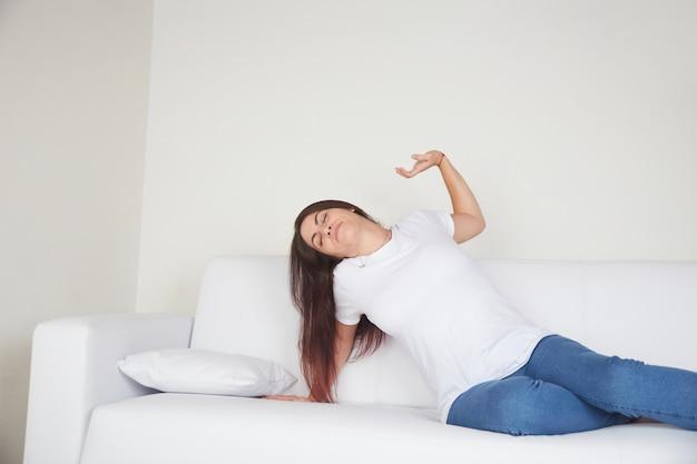 Resto della giovane donna sul sofà