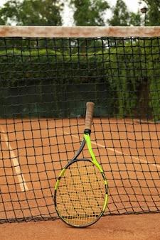 Rete con racchetta da tennis su campo in terra battuta