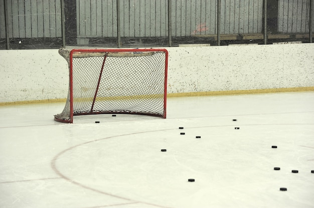 Rete da hockey vuota e rondelle