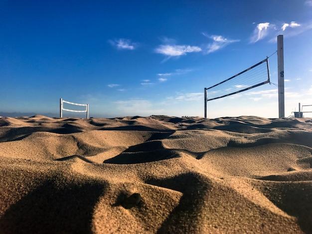 Rete da pallavolo sulla spiaggia di sabbia in una luminosa giornata di sole