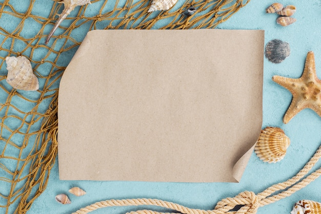 Rete da pesca con foglio di carta bianco