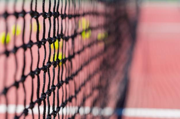 Rete da tennis su un campo da tennis