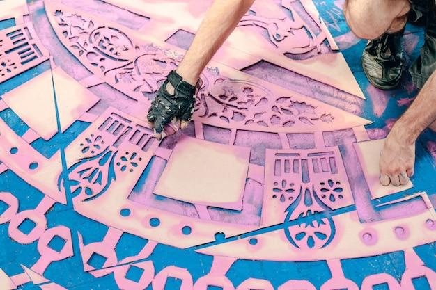 Reticolo colorato delle mattonelle su una via