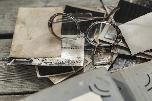 Retro alcune vecchie foto sul tavolo di legno