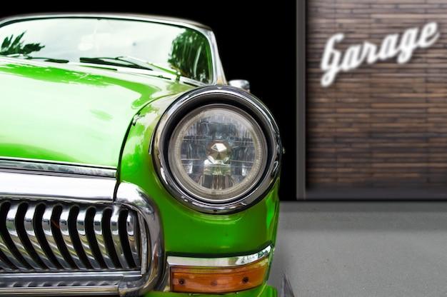 Retro automobile d'annata sul fondo del garage