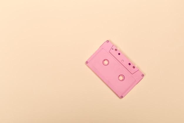 Retro cassette su giallo