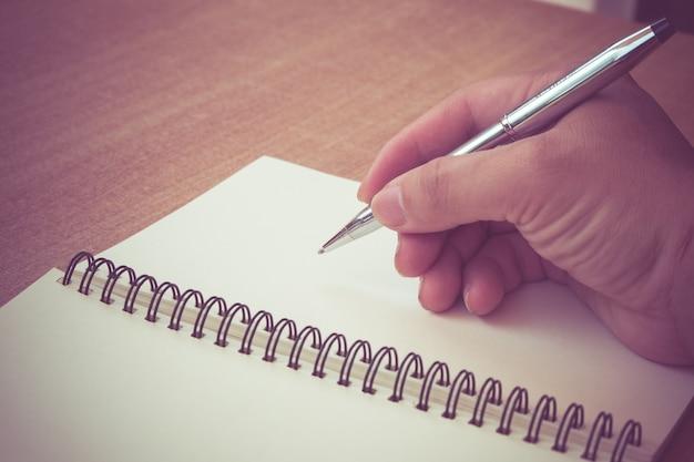 Retro effetto sbiadito e tonica immagine di una scrittura di una nota con una penna stilografica