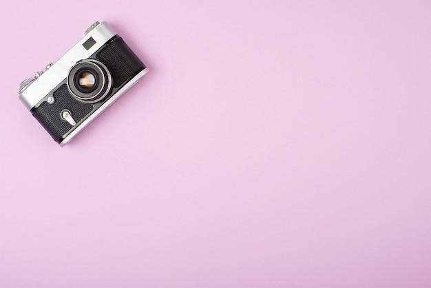 Retro macchina da presa su uno sfondo rosa.