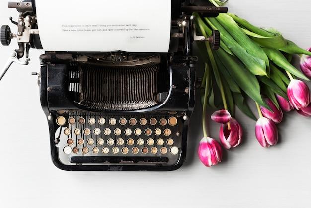 Retro macchina da scrivere macchina vecchio stile di tulipani fiore