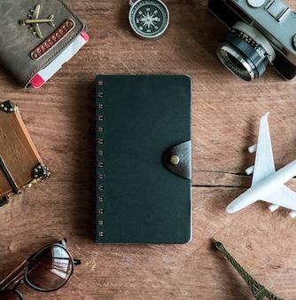 Retro macchina fotografica con aereo giocattolo, passaporto, articoli da viaggio e prodotti lattiero-caseari, concetto di viaggio