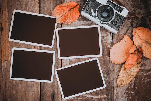 Retro macchina fotografica con cornice di carta fotografica