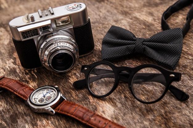 Retro macchina fotografica, orologio, papillon e occhiali