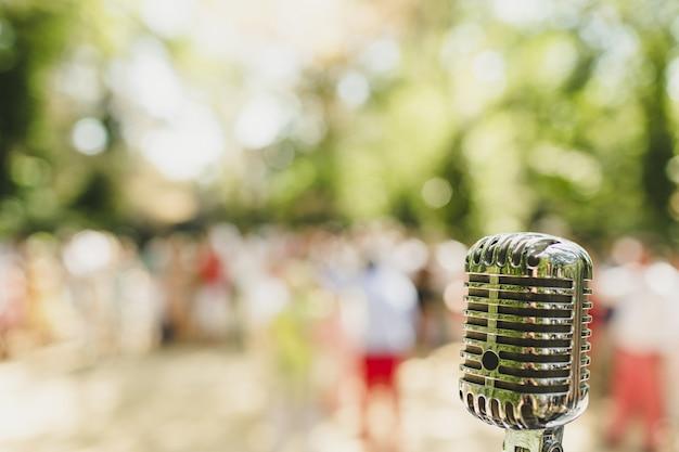Retro microfono in stile vintage con spazio di copia.
