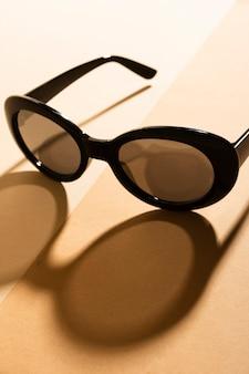 Retro occhiali da sole del primo piano con ombra