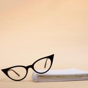 Retro occhiali del primo piano su un libro