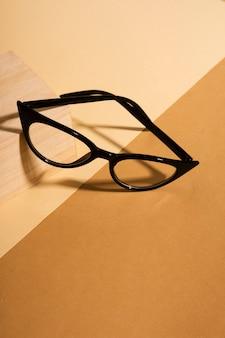 Retro occhiali del primo piano su una tabella