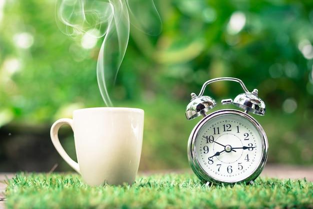 Retro orologio con una tazza di caffè