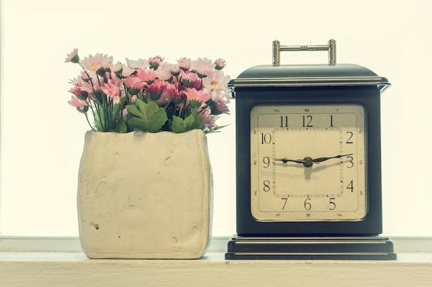 Retro sveglia con un vaso di fiori all'interno
