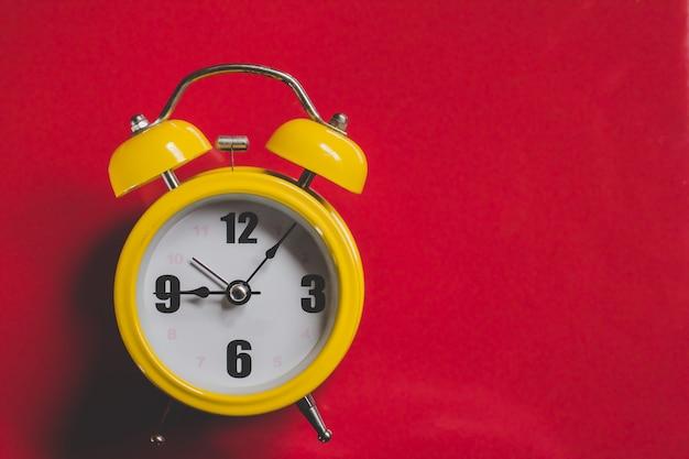 Retro sveglia gialla con nove anni di vecchio stile di cinque minuti