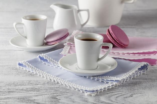 Retro tavola di legno d'annata della tazza di caffè in salone. pigro weekend invernale