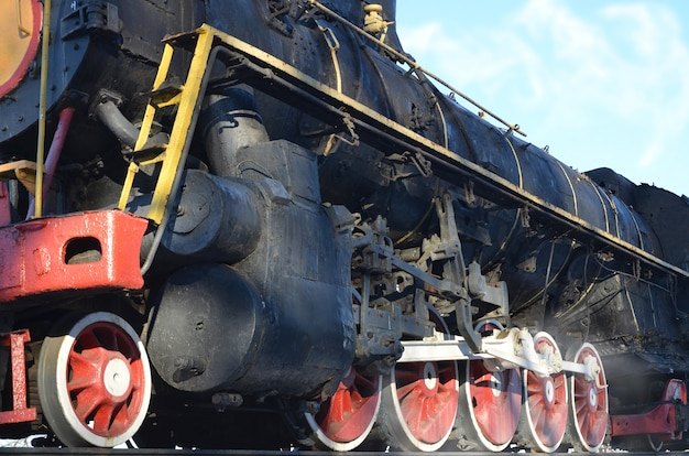 Retro treno nero antico in pista.
