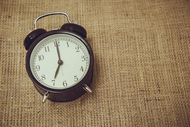 Retro vecchio orologio campana indietro a