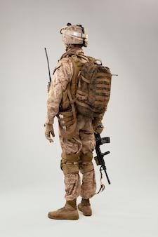 Retrovisione del ritratto del colpo dello studio dell'operatore dei marinai dell'esercito americano del soldato militare