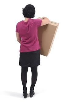 Retrovisione della donna con il pacchetto su fondo bianco