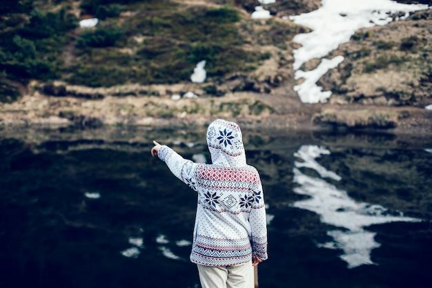 Retrovisione della giovane donna nella condizione dei vestiti casuali