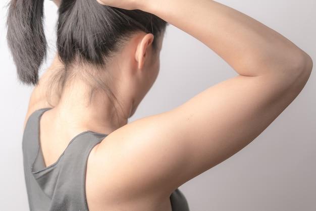 Retrovisione delle donne che stringono i capelli, concetto di stile di vita