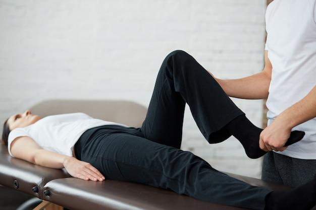 Riabilitazione post traumatica, terapia fisica sportiva, concetto di recupero.