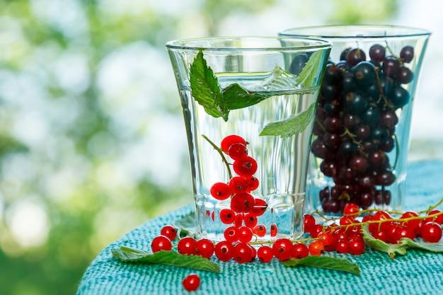 Ribes nero e rosso nel bicchiere