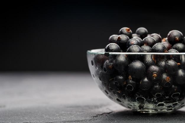Ribes nero in una ciotola di vetro trasparente