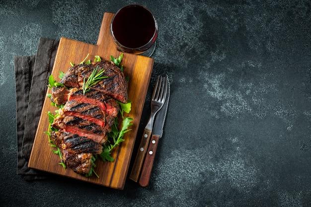 Ribeye di bistecca, grigliato con pepe e aglio.