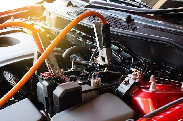 Ricarica auto batteria su sfondo sfocato