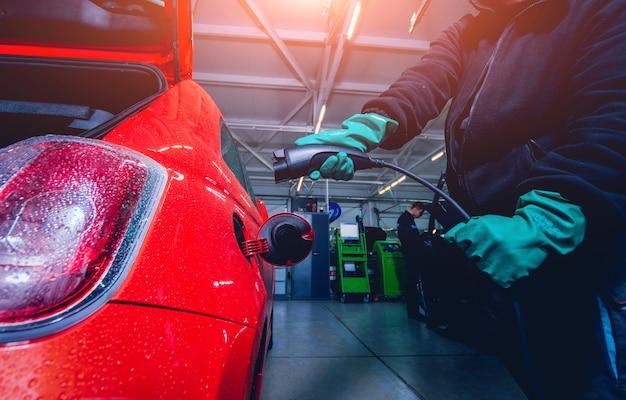 Ricarica di un veicolo elettrico nel servizio auto. futuro dell'automobile