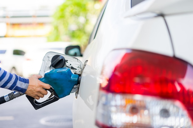 Ricarica il carburante in un'auto alla stazione di servizio